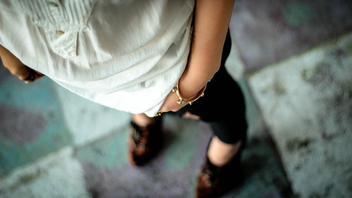 simple_white_shirt_ripped_dsetryed_denim_black_animal_print_shoes